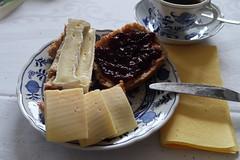 Aufbackbrötchen mit Camembert, Gouda und Kirschmarmelade (multipel_bleiben) Tags: essen frühstück brötchen käse marmelade zugastbeifreunden