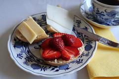 Aufbackbrötchen mit Gouda, Ziegenkäse und Erdbeerscheiben (multipel_bleiben) Tags: essen frühstück zugastbeifreunden käse erdbeeren obst brötchen