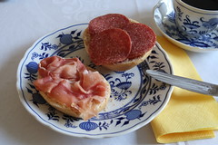 Aufbackbrötchen mit Serrano-Schinken und Salami (multipel_bleiben) Tags: essen frühstück zugastbeifreunden salami schinken brötchen schweinefleisch