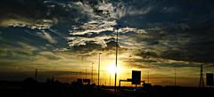 Siluetas en la autopista (portalealba) Tags: zaragoza zaragozaparque atardecer ocaso nubes nwn cielo portalealba canon eos1300d sunset sol silueta