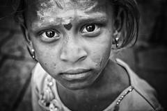 Face à face (Ma Poupoule) Tags: virupaksha virupakshatemple porträt portrait ritratti ritratto noirblanc nb noir biancoenero bianconero blackwhite bw children enfant enfants regard retrato eyes street rue asie asia photojournalism