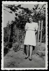 Archiv T147 in Schlesien, Juli 1942 (Hans-Michael Tappen) Tags: archivhansmichaeltappen fotorahmen portrait porträt jungefrau gartenzaun holzzaun kleid kleidung outfit schuhe schuhwerk frisur 1942 1940s 1940er