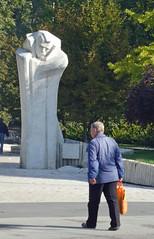 Maar lichte boodschap (Merodema) Tags: sculpture man white beeld meneer park boadskip