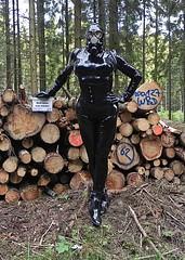 Sonderangebot im Wald (Gabriela Brown) Tags: latex rubber gummi girl woman frau outdoor outside black fullenclosure catsuit gasmask gasmaske sonderangebot heavy