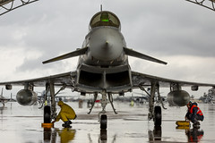 Fotografía de interés humano 2019 (Ejército del Aire Ministerio de Defensa España) Tags: eurofighter hangar nublado lluvia mojado wet cloudly mecánicos baseaérea airbase aviación aviation militar military ejércitodelaire spanish españa airforce