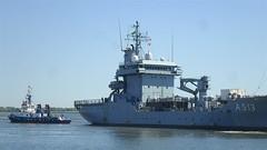 Versorgungsschiff und Schlepper (Carl-Ernst Stahnke) Tags: stralsund strelasund seehafen versorgungsschiff schlepper besatzung