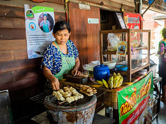 Street vendor (Thanathip Moolvong) Tags: bangkok bangkokmetropolitanregion thailand people portrait street selling food