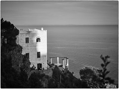 house by the sea (look-book) Tags: capri italie italien haus meer see cf002603 100mm phaseone acromatic iq260 d45 hasselblad 2k1906 italia blackandwhite blackwhite mittelformat mediumformat monocromo monocromatico lookbook outdoor captureone analoglens carlzeiss planar f35100mm