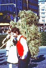 Man with a hay carrier  in the parade, Oktoberfest  Munich, Sept 16th., 1978 (D70) Tags: oktoberfestmunich sept16th 1978 kodachrome slide halfframe man haycarrier parade europe westgermany
