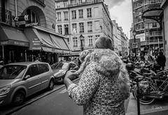 l'homme au chien (Jack_from_Paris) Tags: street leica blackandwhite bw paris monochrome angle noiretblanc wide rangefinder m type monochrom capture mode lightroom dng 11606 20021 nx2 télémétrique leicaelmaritm28mmf28asph m10p l3009530bw dog chien man photography rue homme épaule