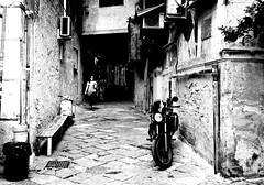 001024 (la_imagen) Tags: palermo sicily sizilien sicilya sicilia italy italia italien italya centrostorico sw bw blackandwhite siyahbeyaz monochrome street streetandsituation sokak streetlife streetphotography strasenfotografieistkeinverbrechen menschen people insan