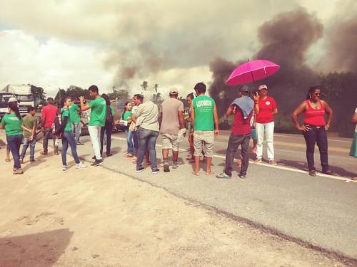 Manifestantes fecham o tráfego da BR 101, em Cristinápolis (SE)