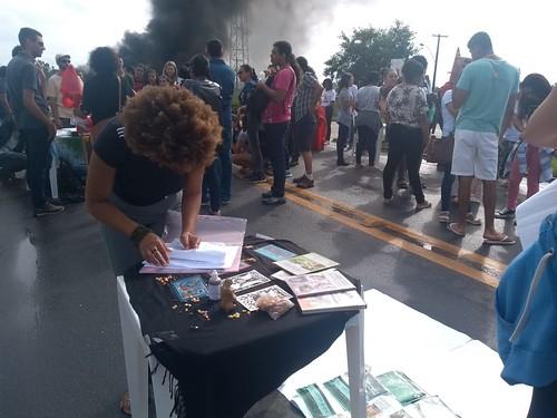Na manhã desta sexta (14), estudantes e trabalhadores paralisaram a BR 101 próximo a UFES em São Mateus (ES) Foto: Mariana Motta