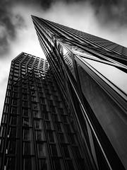 Spitz und stumpf ... (Klaus Wessel) Tags: olympus omd hamburg monochrome architektur blackwhite bw hochhaus himmel