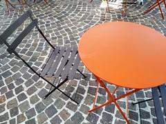 Sencillo (Micheo) Tags: bar terraza mesita adoquines less minimalismo minimalista france martigues café