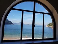 Banho de mar (epougy) Tags: praiavermelha mar azul azuis banhista janela riodejaneiro diadesol sunnyday sea blue sky mountain