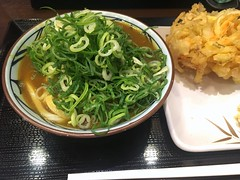 Curry udon with a vegetable tempura from Marugame Seimen @ Roppongi (Fuyuhiko) Tags: curry udon with vegetable tempura from marugame seimen roppongi うどん カレー 六本木丸亀 六本木 丸亀製麺 天婦羅 天ぷら テンプラ 野菜 tokyo 東京