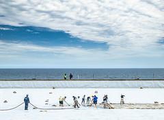 Limpieza infinita (Jaime Villaseca) Tags: seascape workers