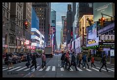 New York (aus Kiel) Tags: leute menschenmenge person business überfüllt fusgänger wandernd pendler pendeln stadt urbano metropole new york stadtteil strase hauptverkehrszeit busy bürgersteig zebrastreifen kreuzung verkehr reisen
