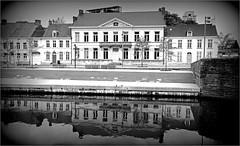 Sur les quais au bord de la Lys, Kortrijk (Courtrai) Flandre Occidentale, Belgium (claude lina) Tags: claudelina belgium belgique belgië kortrijk courtrai flandreoccidentale architecture lys rivière river immeuble building