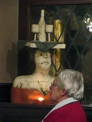 Balans (Merodema) Tags: beeld sculpture woman vrouw femme bediende servant rood lichtje