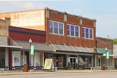 Antiques in Hillsboro TX 29.4.2019 0457 (orangevolvobusdriver4u) Tags: 2019 archiv2019 usa america amerika texas hillsboro hillsborotx hillcounty fassade facades fenster window shop geschäft antiques ghostsign sign deadsign