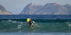 Surf al amanecer (dfvergara) Tags: surf surfista surfero mar agua deporte olas azul montañas islas cies islascies playa patos playadepatos nigran pontevedra galicia españa spain cielo