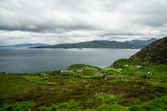 Hinter dem Hügel (Joachim S.) Tags: isleofskye schottland gebäude grün häuser küste meer mallaig scotland unitedkingdom
