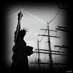 Rouen 21 mai 1885. La statue de la liberté embarque (Un jour en France) Tags: canoneos6dmarkii canonef1635mmf28liiusm statue rouen seine armada carré noiretblanc noiretblancfrance black contrejour