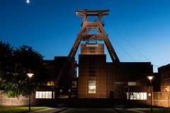 Zollverein mit Mond (Dingens-Kirchen) Tags: essen zeche zollverein xii schacht unesco weltkulturerbe blauestunde mond sal2470z