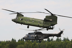Chinook & Cougar - Royal Netherlands Air Force (Jarco Hage) Tags: byjarcohage aviation airplane aircraft volkel ehvk netherlands nederland luchtmacht luchtmachtdagen opendag opendagen 2019 afb air force base royal militair vliegbasis basis defensie airbase navo airshow show rnlaf eurocopter as 532uc cougar