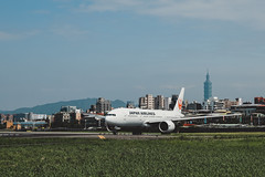 _MG_7798 (waychen_c) Tags: taiwan tw taipei taipeicity zhongshandistrcit songshan songshanairport tsa rcss boeing 777 777200er japanairlines jal ja706j jl98 aircarft airplane aviation airport cityscape urban taipei101 台灣 台北 台北市 中山區 松山 松山機場 日本航空 日航 台北101