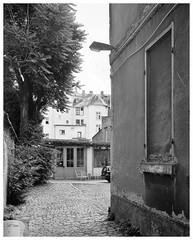 In der Schulstraße (Christoph Schrief) Tags: frankfurtammain sachsenhausen schulstrasse ausstellungshalle1a chamonixc45h1 rodenstocksironarn56150 ilfordfp4 rodinal 150 14min 20° selfdeveloped 4x5 largeformat grossformat film analog sw bw