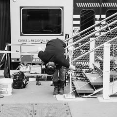 soudeur sur un quai de gare (VictorBeaude) Tags: 6d blackwhite canon gare nw noiretblanc sigma street train