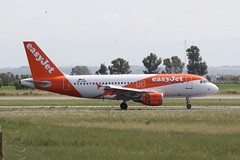 OE-LQH (IndiaEcho) Tags: italy rome roma airport da leonardo vinci aeropuerto fco lirf fimucino airfiedl canon eos aircraft aviation jet aeroplane civil airliner 1000d europe airbus easyjet a319 oelqh