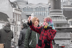 Making of color picture. (Digifred.nl) Tags: digifred 2019 nikon d500 amsterdam nederland netherlands holland iamsterdam straat street city grachten streetphotography toerist tourist girl meisje vrouw color blauwbrug amstel