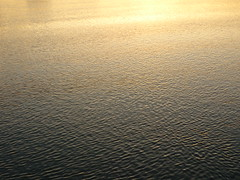 Sonnenuntergangsspiegel (Jörg Paul Kaspari) Tags: lübeck hafen trave abendstimmung sunset sonnenuntergang spiegel wasseroberfläche