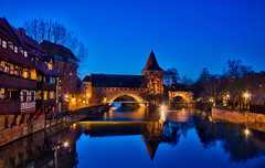 Kettensteg in Nürnberg (Robert Stärz) Tags: kettensteg nürnberg nuremberg bavaria bayern blauestunde bluehour night city sunset sunrise boat travel photography destinations traveller landscape townscape culture waterfront marina harbour mooring tourist destination cities almudaina palace architectural photo landschaft light outside fence national old house fineartlandscape fineartphotography fineart travelphotography traveldestinations