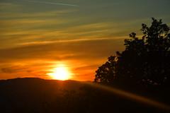 DSC_8875 (griecocathy) Tags: paysage coucher soleil ciel nuage montagne arbre rayon noir marron jaune orange bleu sombre lumineux