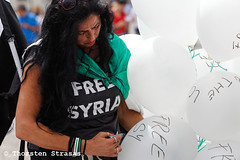 "Protest gegen das Regime in Syrien: ""Berlin Für Idlib - We Are The Love"" (tsreportage) Tags: abdelbassetsaroot abdulbasetalsarout act4idlib aufstand bascharalassad basharalassad berlin demonstration eyesonidlib freesyria idlib kundgebung luftballons mitte syria syrien airballoons alsarout death demo protest rally revolution uprising germany"