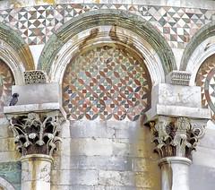 Pisa, dettaglio abside (mammut2005) Tags: italy italia bellitalia romanico architecture romanesquearchitecture pisa piazzadeimiracoli arches capitals medieval marbleinlays