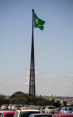 DSC_5123_edited (Proflázaro) Tags: brasil df brasília cidade praçadostrêspoderes mastro bandeira bandeiradobrasil céu beleza cor azul verde amarelo branco arquitetura engenharia veículo carro paisagem paisagemurbana nikond3100