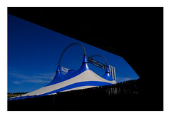 37 [titre AFRICA FESTIVAL] (Armin Fuchs) Tags: arminfuchs lavillelaplusdangereuse anonymousvisitor thomaslistl wolfiwolf jazzinbaggies würzburg africafestival diagonal blue sky tent fujixt3 velvia talavera