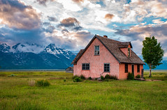 Wyoming sunset (Somsubhra Chatterjee) Tags: grandtetonnationalpark mormonrow barn mountains sunset wyoming wy