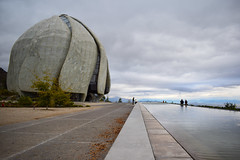Templo Bahá'í de sudamerica (FiRMYYY) Tags: templo bahai santiago chile nublado nubes clouds sky cielo laguna lago people gente tree arbol azul