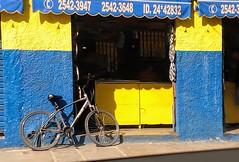 eu volto (lucia yunes) Tags: rua cenaurbana cenaderua fotografiaurbana fotografiaderua fotoderua bicicleta bike cycle streetphoto streetphotographie streetscene streetshot streetphotography lifeinstreet lifestreet motoz3play luciayunes