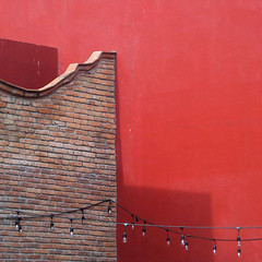 mini-lights at minas (msdonnalee) Tags: walldetail wall wallsofsanmigueldeallende walltexture minimalism minimalisme minimalismo stringoflights red rosso rot rouge rojo méxico mexique mexico mexiko messico shadow schatten ombre sombra