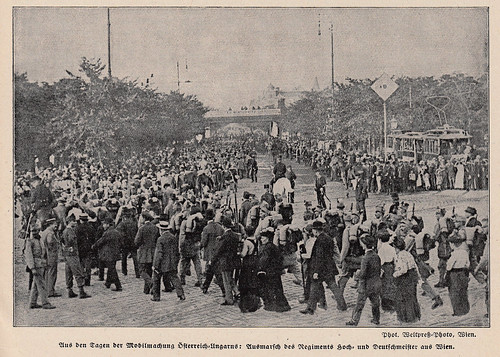 Crowd gathers in Vienna as troops mobilize 1914