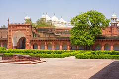 DSC05457.jpg (jmarnaud) Tags: india 2019 family spring agra red fort old building people architecture moghol