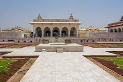 DSC05461.jpg (jmarnaud) Tags: india 2019 family spring agra red fort old building people architecture moghol